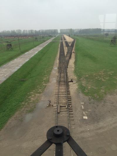Auschwitz-Birkenau: Blick aus dem Hauptwachturm auf die Rampe Foto: nw2016